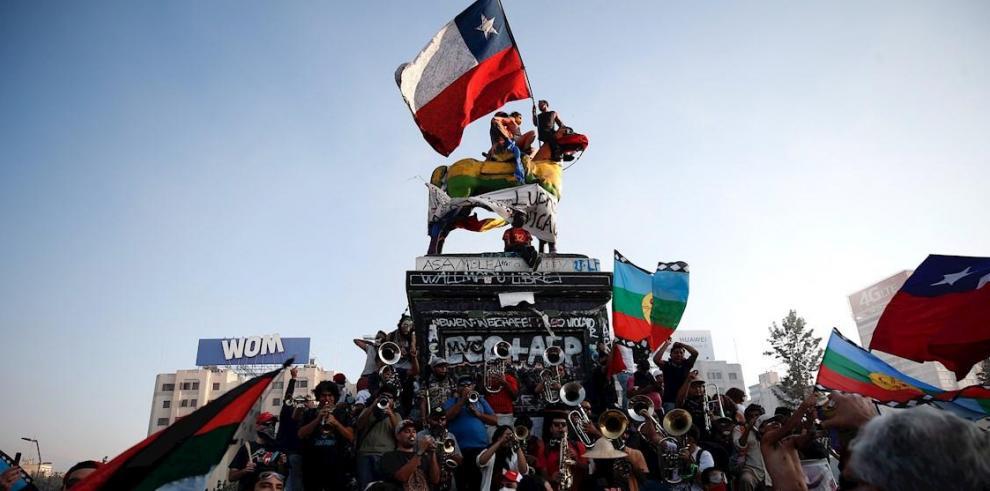 Miles de manifestantes protestan el 14 de febrero de 2020 en la Plaza Italia, rebautizada como