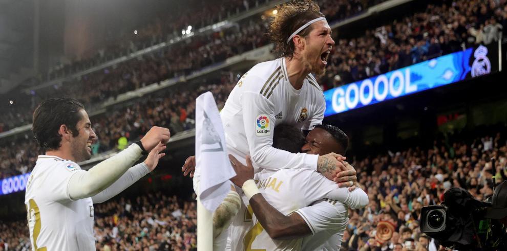 Los jugadores del Real Madrid celebran el gol de Vinicius Jr.