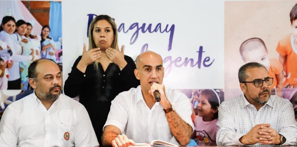 lio Rolón Vicioso, Viceministro de Salud; Julio Mazzoleni, Ministro de Salud, y Luís Roberto Escoto, Representante de la OPS/OMS en Paraguay, participan en una rueda de prensa este sábado en Asunción (Paraguay).