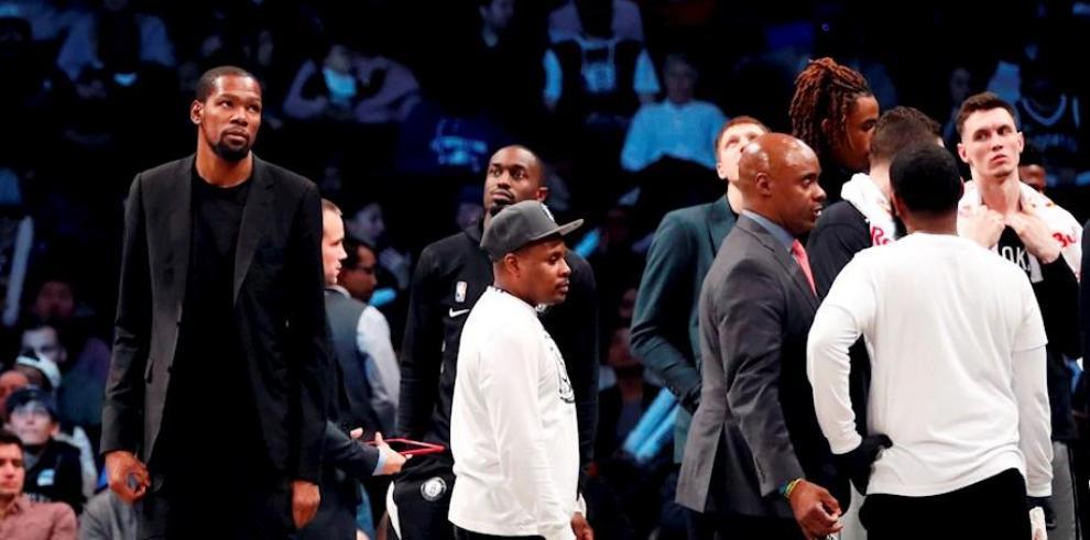 En la imagen, el jugador de los Nets de Brooklyn Kevin Durant (i).
