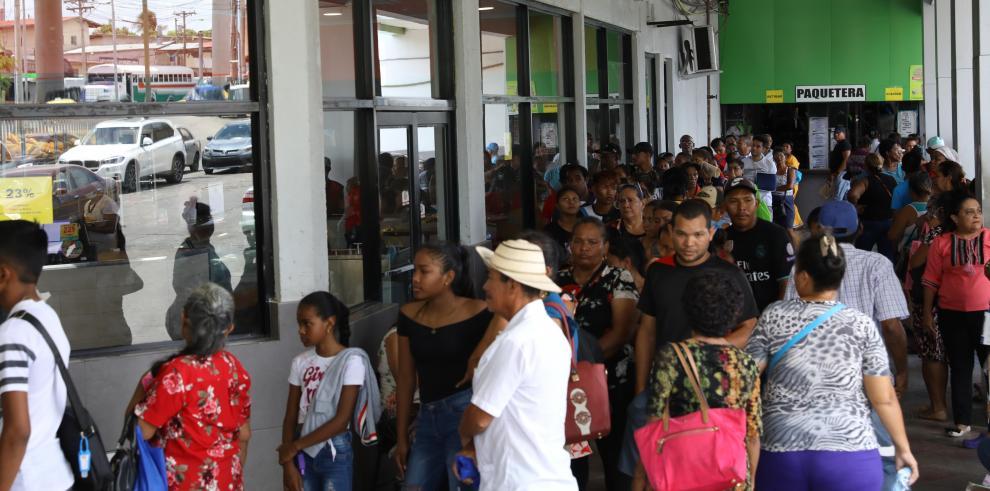 Filas en los supermercados en Panamá