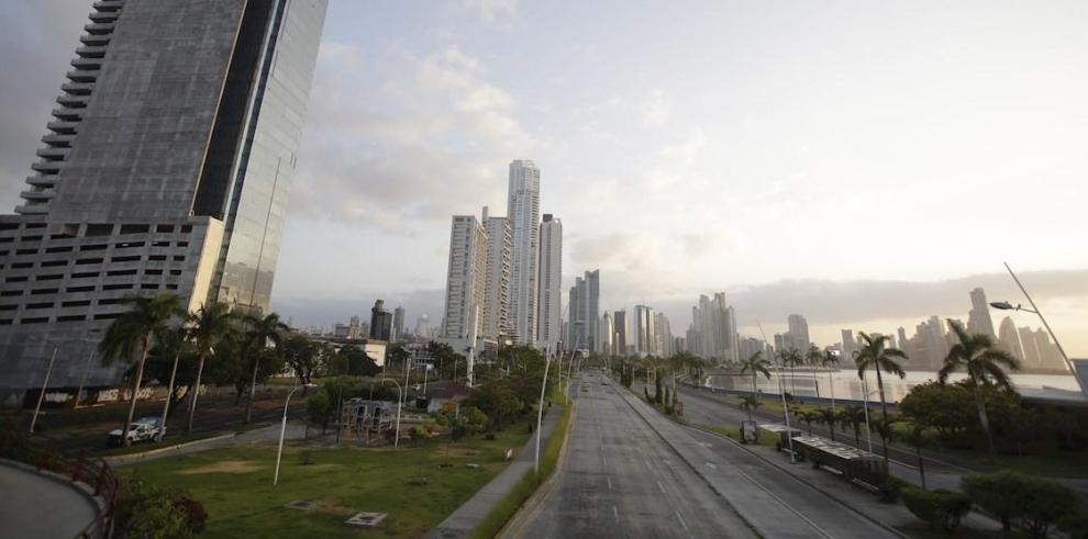 Vista general de una avenida en la madrugada de este miércoles, durante el inicio de la cuarentena total, en Ciudad de Panamá.