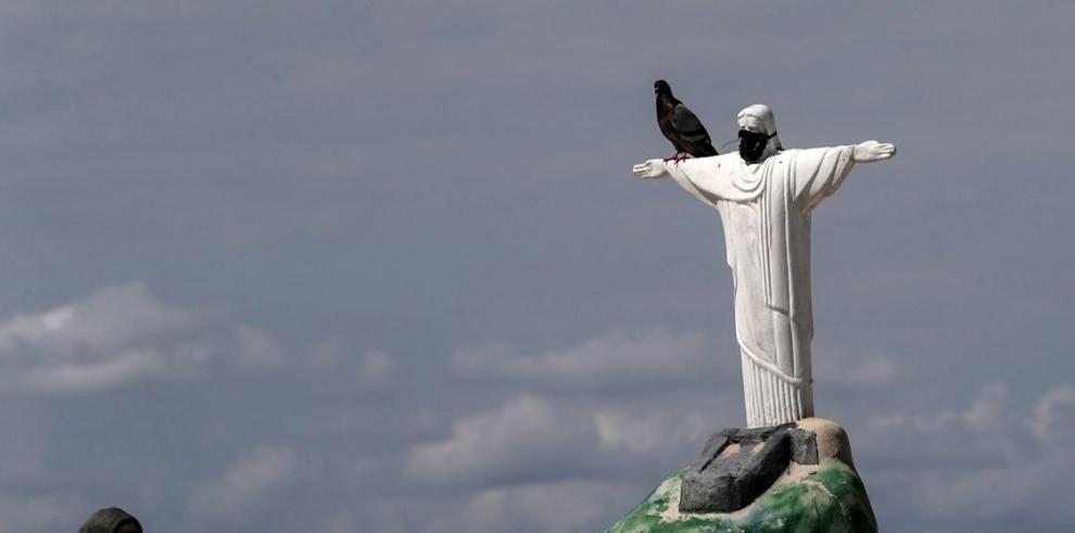 Vista de una estatua del Cristo Redentor de arena, con un tapabocas, este martes, en Río de Janeiro (Brazil).