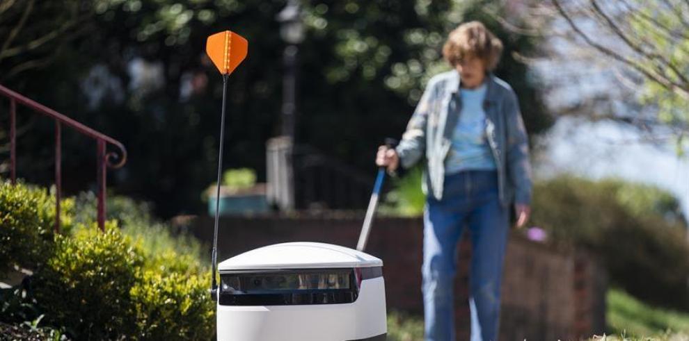 Robots que entregan las compras realizadas en el mercado Broad Branch Market, el 30 de marzo de 2020, en Washington (EE.UU).