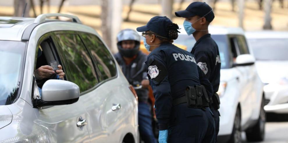 Unidades de la Policía Nacional inspeccionando los salvoconductos durante la cuarentena en Panamá