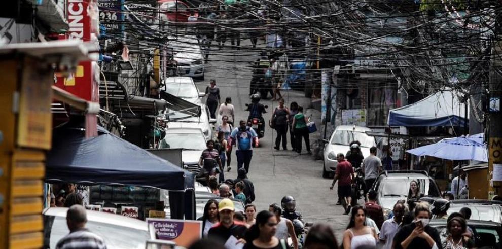 Personas caminan este jueves en la favela de Rocinha, en Río de Janeiro