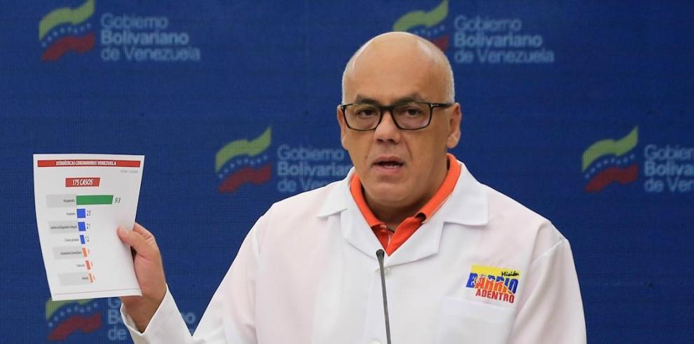 Fotografía cedida por prensa de Miraflores que muestra al ministro de Comunicación, Jorge Rodríguez, mientras ofrece una rueda de prensa este sábado, en Caracas (Venezuela).
