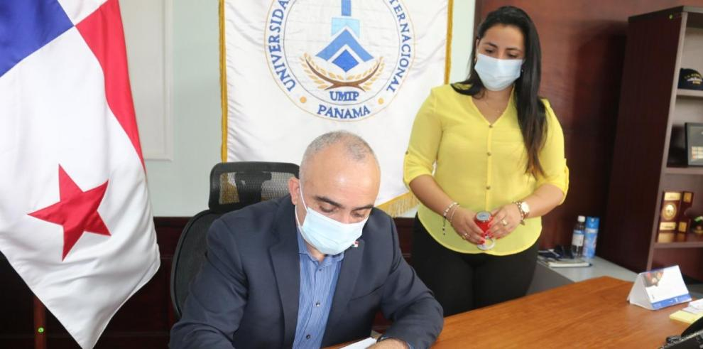 El rector de la Universidad Marítima Internacional de Panamá, profesor Víctor Luna Barahona.