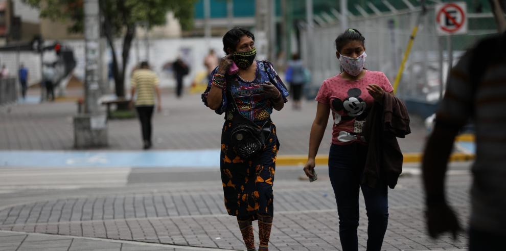 Mujeres caminan en la ciudad de Panamá