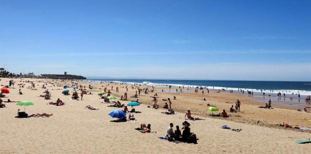 Numerosas personas en la playa de Carcavelos, en la ciudad portuguesa de Cascais