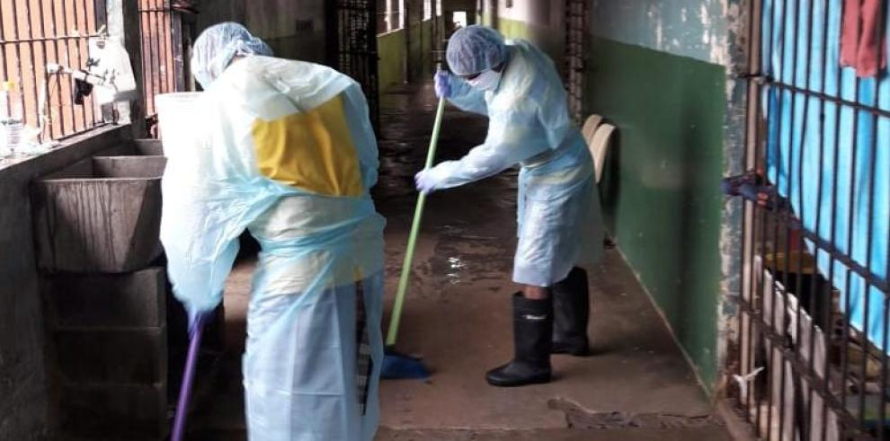 Privados de libertad limpian pasillo en cárcel de Santiago