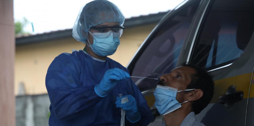 Persona de Salud de Panamá realiza pruebas de Covid-19