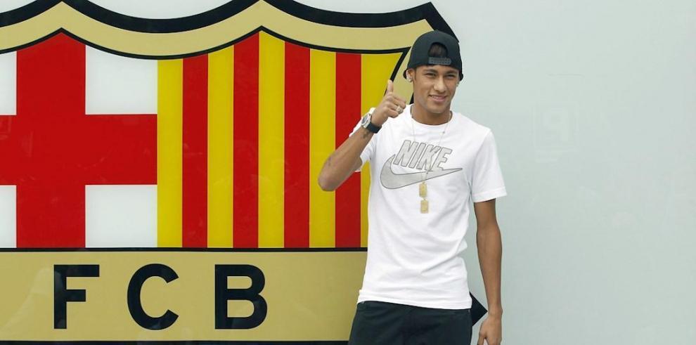 El nuevo fichaje del FC Barcelona, el brasileño Neymar da Silva, en el Camp Nou en 2013.