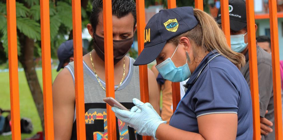 Más de 2.500 migrantes irregulares sobre todo haitianos, cubanos y de países africanos y asiáticos, están en albergues fronterizos panameños en condiciones de hacinamiento