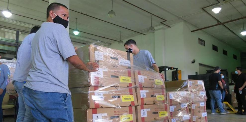 Vista de decenas de los 3,000 maletines que se esperan que se transporten a los colegios electorales, desde el Centro de Operaciones Electorales de la Comisión Estatal de Elecciones, en San Juan
