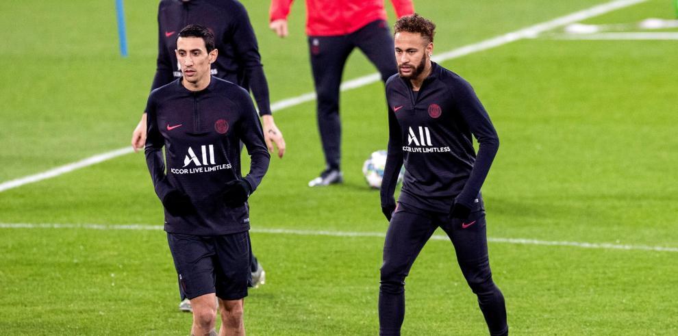 El delantero brasileño del PSG, Neymar, y su compañero, el delantero argentino Ángel Di María.