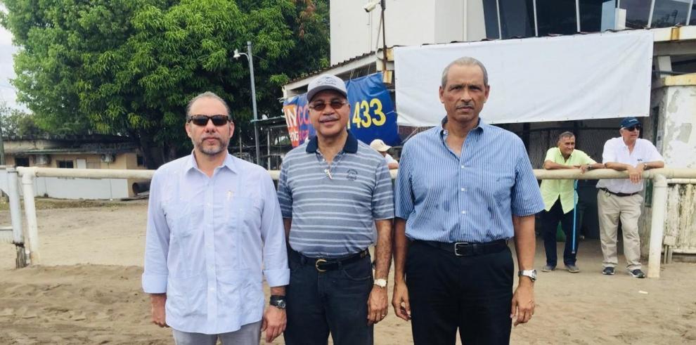 Monty Motta (i), Bartolomé Mafla  y Bernabé Pérez, directivos de los gremios de propietarios de caballos.