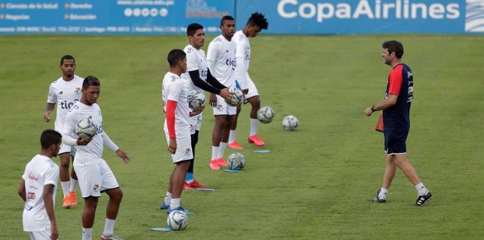 El director técnico de la selección de fútbol de Panamá, el hispano-danés Thomas Christiansen (d)
