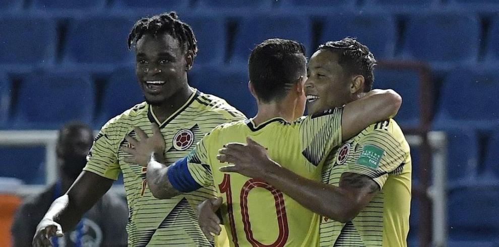 Luis Muriel (d), delantero de Colombia, fue registrado el pasado viernes al celebrar, con James Rodríguez (c) y Duvan Zapata (i), un gol que le anotó a Venezuela,