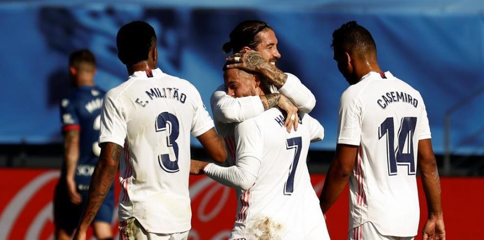 El centrocampista belga del Real Madrid, Eden Hazard (c) celebra con Sergio Ramos su tanto durante el partido ante el SD Huesca correspondiente a la octava jornada de LaLiga