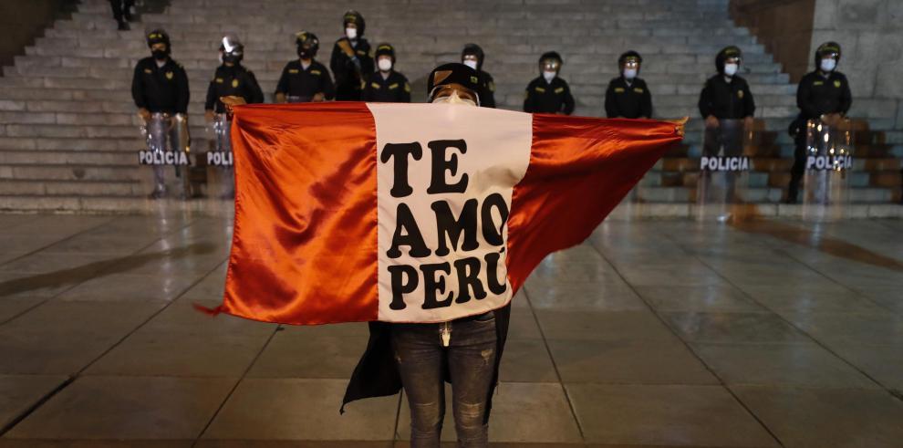 Manifestantes participan en una multitudinaria marcha de protesta