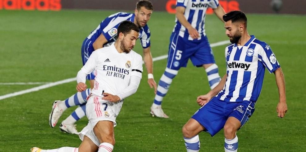 El delantero del Real Madrid Eden Hazard (i) trata de superar a la defensa del Alavé