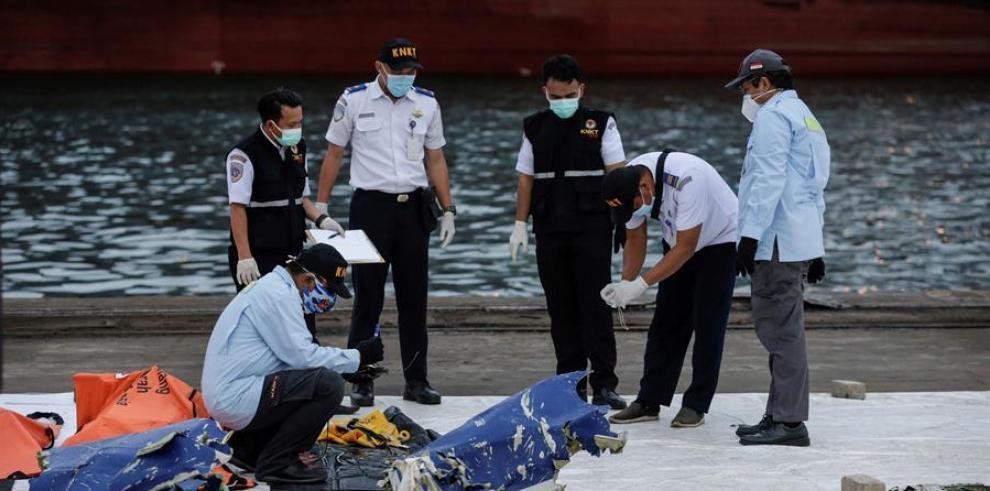 Indonesia recupera datos de una de las caja negras del avión accidentado