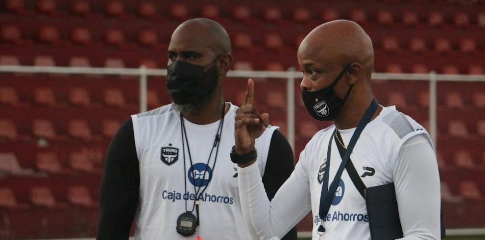 E ex jugador de fútbol panameño Julio César Dely Valdés (d) junto a su asistente técnico Felipe Baloy (i).