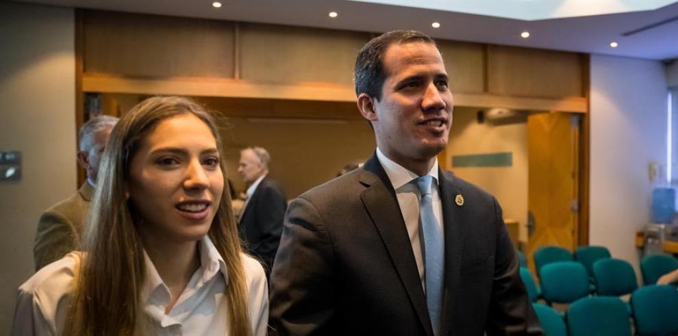 El líder opositor venezolano Juan Guaidó y su esposa Fabiana Rosales, en la ciudad de Caracas