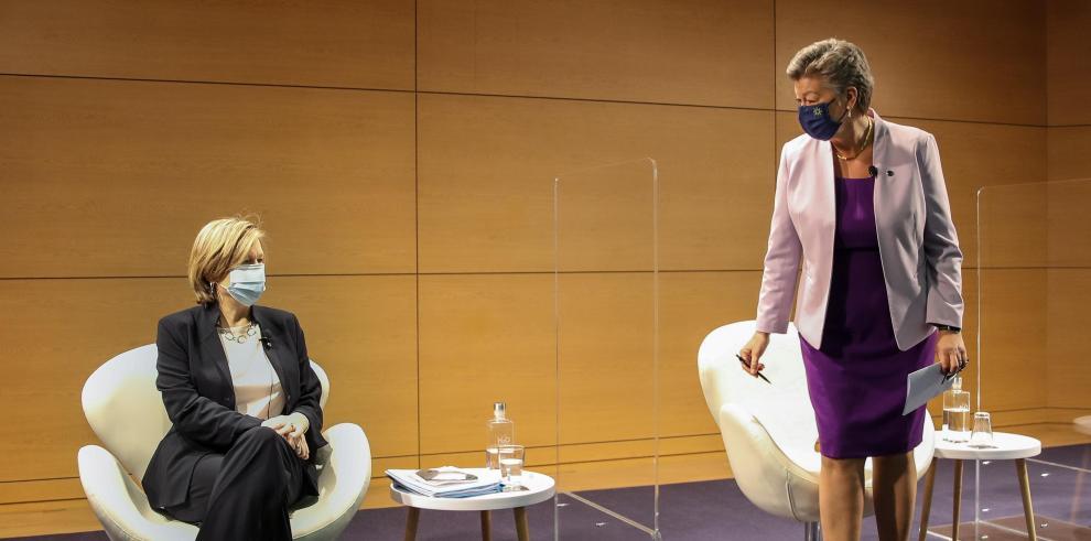 La comisaria europea de Interior, Ylva Johansson (d) y la directora ejecutiva de Europol Catherine De Bolle