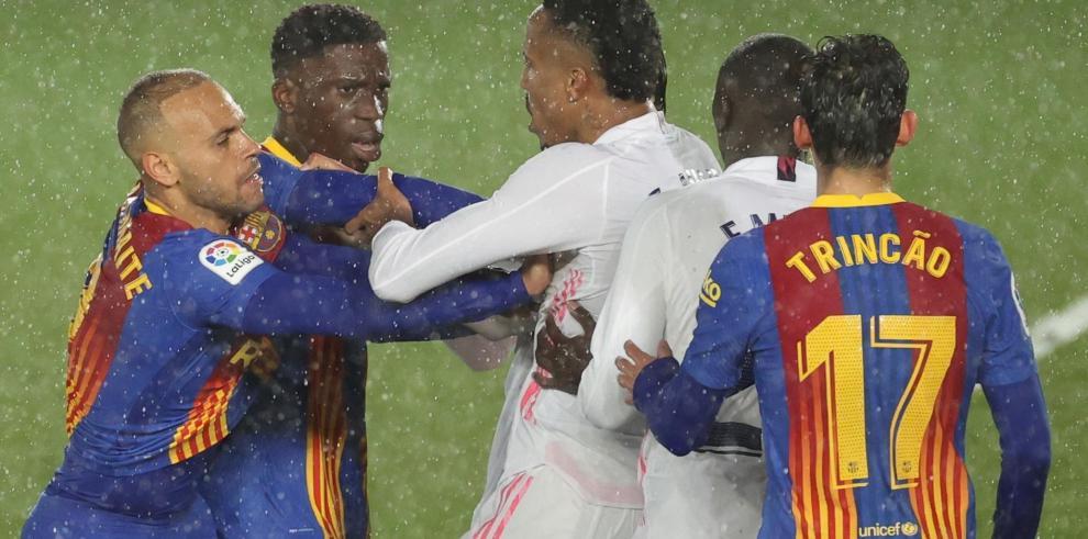 Los jugadores del FC Barcelona y el Real Madrid