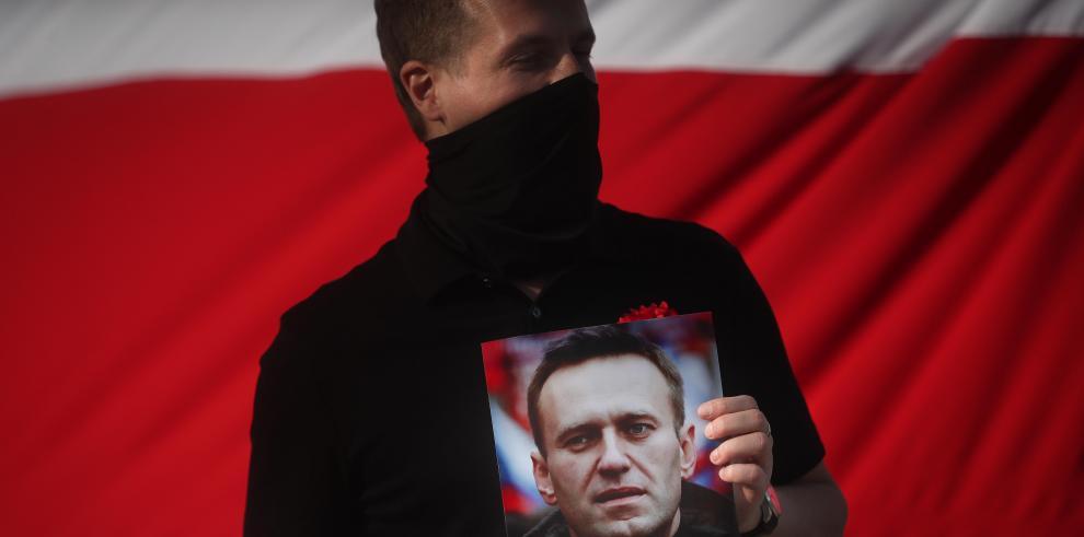 Un hombre sostiene una imagen del lilder opositor ruso Alexei Navalni