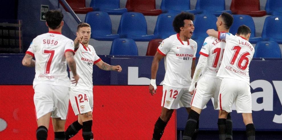 El jugador del Sevilla CF, En Nesyri, celebra con sus compañeros