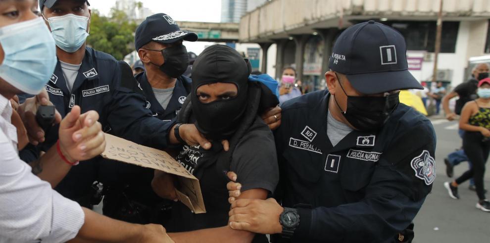 Fotografía tomada el pasado lunes en la que se registró a policías al detener a un manifestante que protestaba contra la decisión de la Corte Suprema de declarar