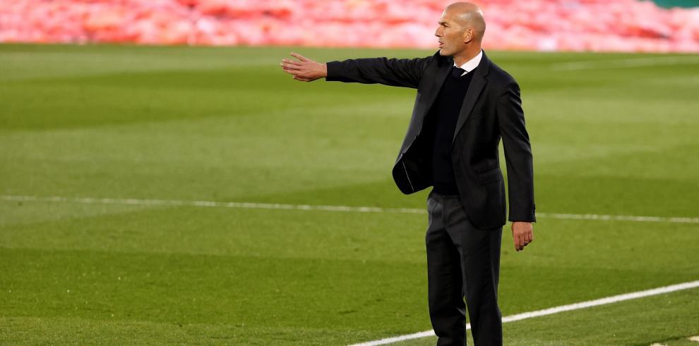 El entrenador del Real Madrid, Zinedine Zidane (d) en el estadio Alfredo Di Stéfano, en Madrid