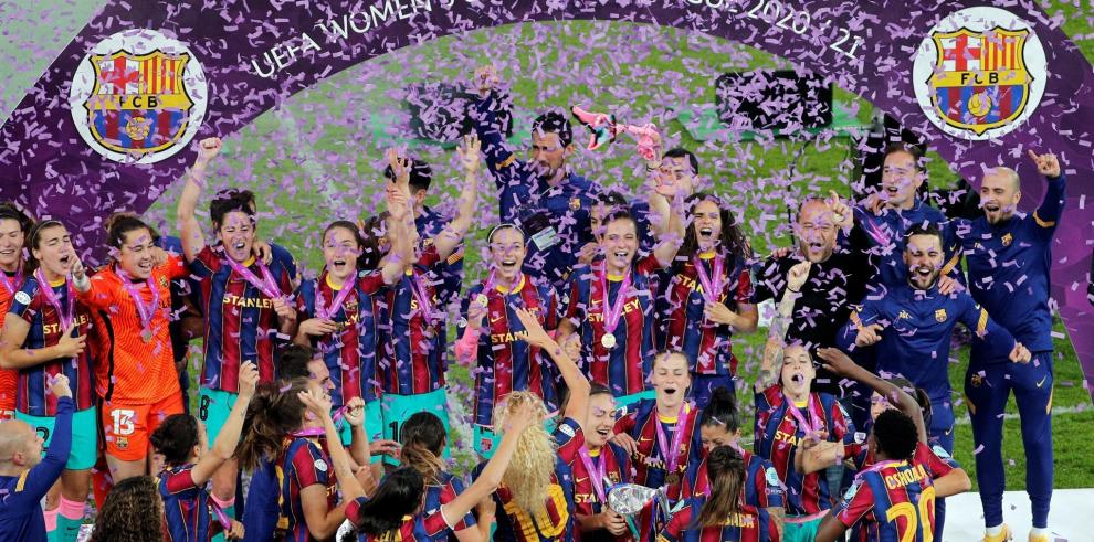 Las jugadoras del FC Barcelona levantan la copa tras vencer al Chelsea CF por 0-4 en la final de la Liga de Campeones femenina