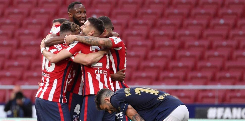 Los jugadores del Atlético de Madrid se felicitan tras el partido de la jornada 37 de Liga contra Osasuna que se disputó en el estadio Wanda Metropolitano.