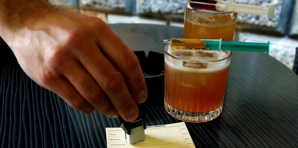 El cliente mismo tiene que inyectar el último ingrediente, que está en la jeringa con la que se sirve el cóctel