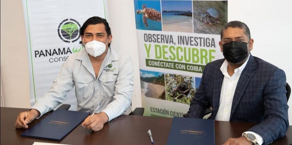 Luis Ureña, de Panama Wildlife Conservation (i) junto a Edgardo Díaz Ferguson, investigador y director ejecutivo de Coiba AIP (d).