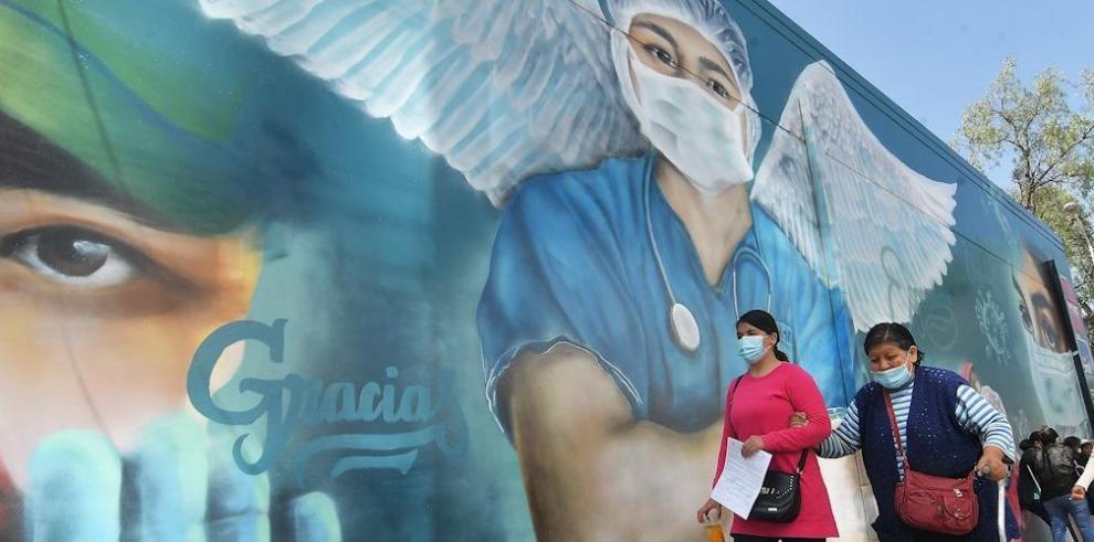 En Bolivia rinden homenaje a los sanitarios fallecidos con mural