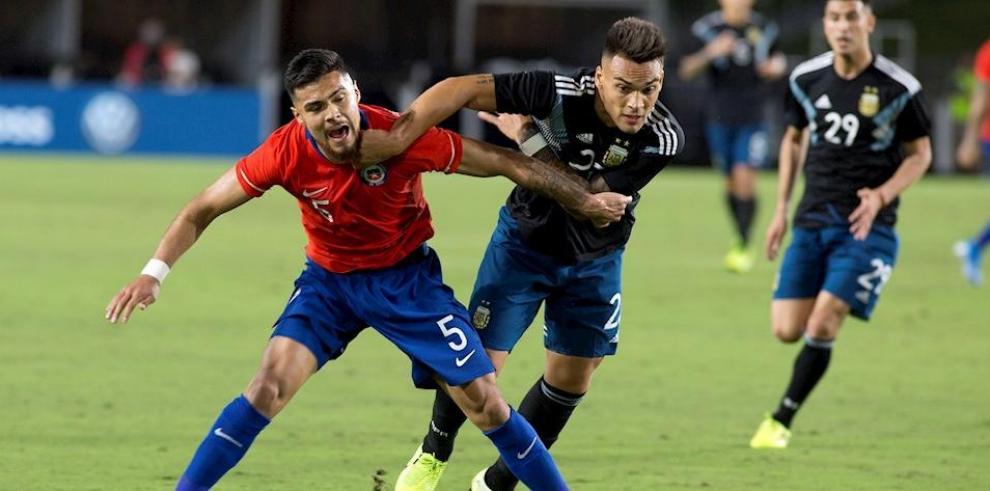 En la imagen el registro de otro encuentro de fútbol entre las selecciones de Argentina y Chile.