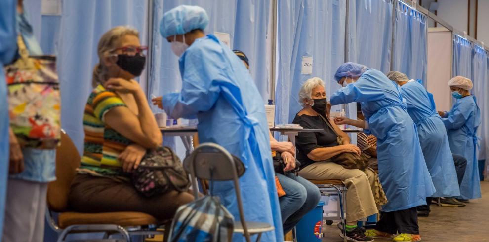 Personal sanitario participa en una jornada de vacunación contra la covid-19