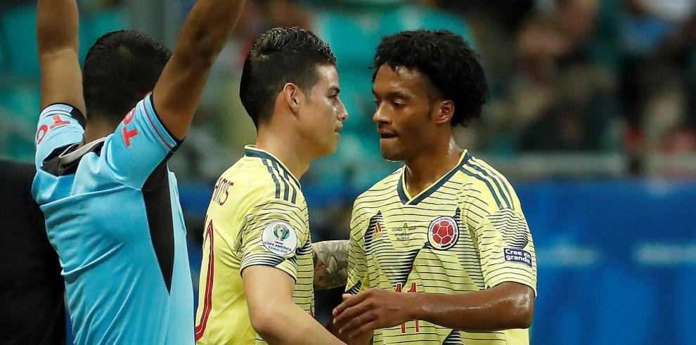 Los futbolistas colombianos James Rodríguez (c) y Juan Cuadrado.