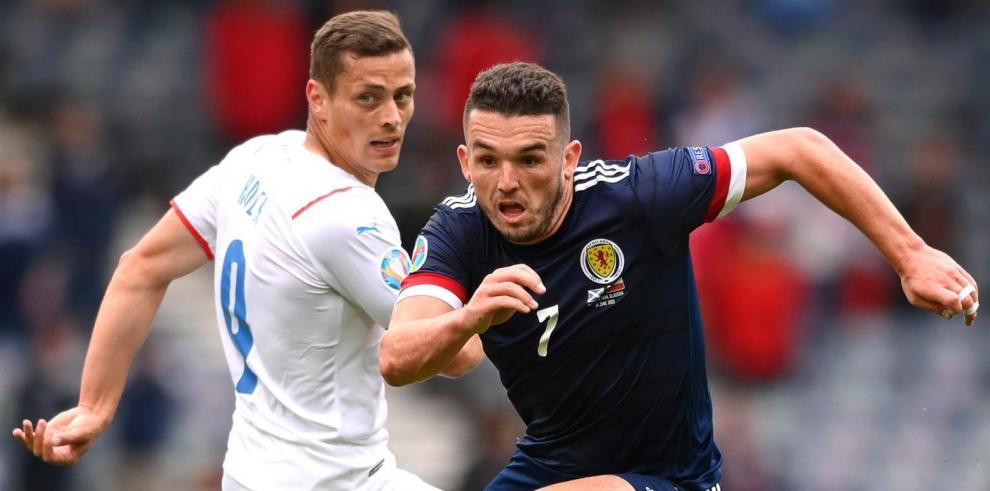 John McGinn (R) de Escocia en acción contra Tomas Holes (L) de la República Checa durante el partido de fútbol de la ronda preliminar del grupo D de la UEFA EURO 2020
