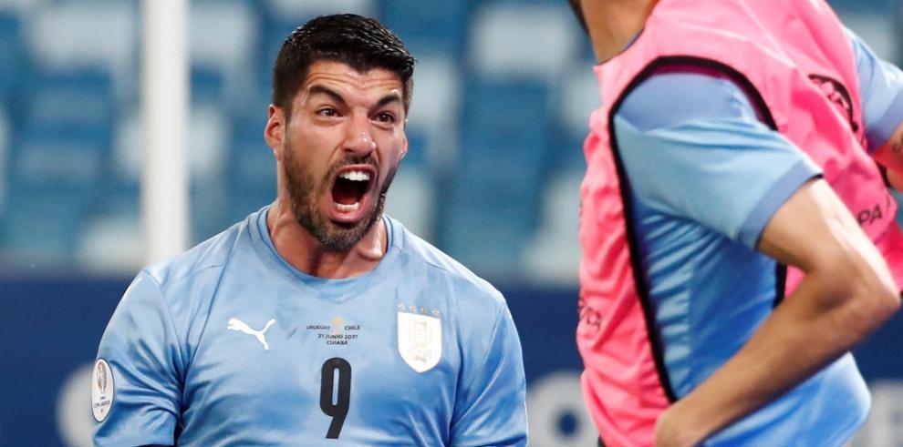 Luis Suárez de Uruguay celebra hoy tras anotar contra Chile