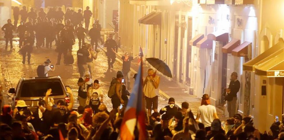 Protestas en Puerto Rico terminan en violencia tras represión policial