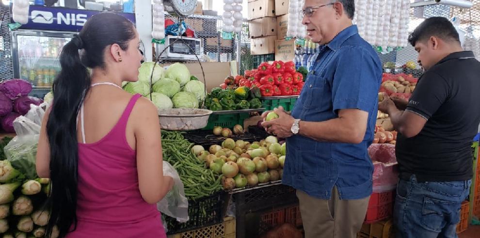 Valderrama recorre el Merca Panamá para dialogar con productores sobre cebolla