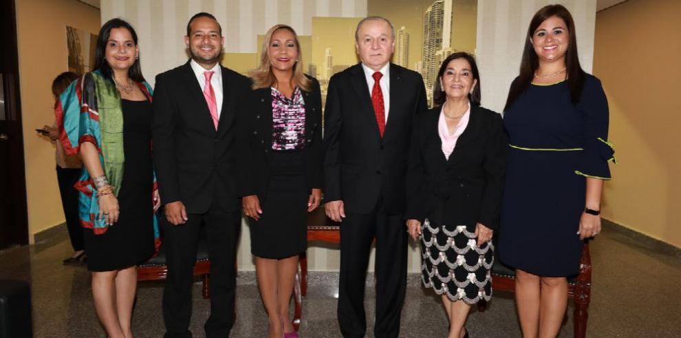 Diputado Elías Castillo recibe distinción por sus 30 años de carrera