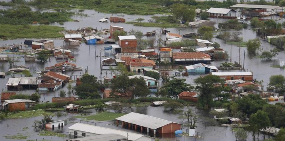 La lluvia y el frío ponen en jaque a los desplazados por el río en Asunción