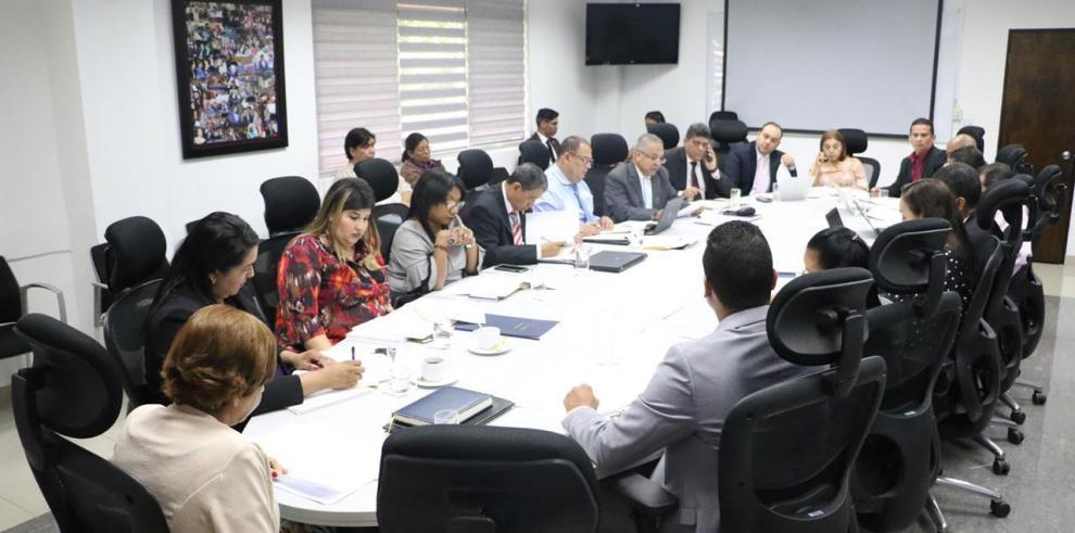Avanza mesa técnica para reformar programa de becas del Ifarhu